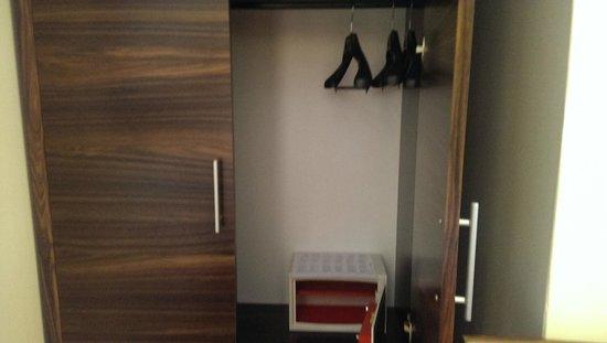 Quality Hotel Delfino Venezia Mestre : wardrobe and safe