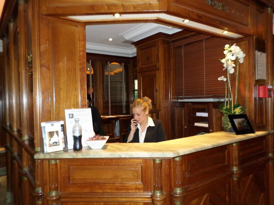 Best Western Premier Trocadero La Tour: Front Desk