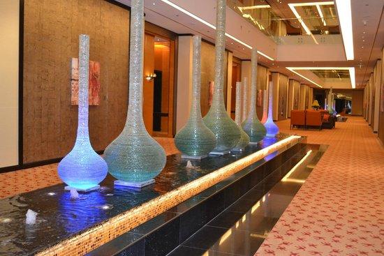Al Raha Beach Hotel: Fountains inside hotel