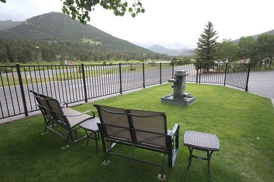 Alpine Trail Ridge Inn: Nice sitting area for prettier days or evenings.