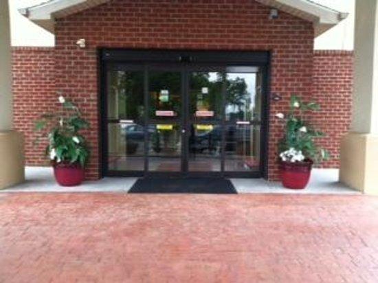 Sleep Inn and Suites: Entrance