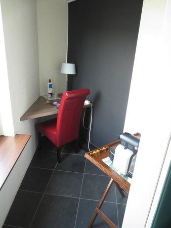 Apart Hotel Randwyck : Little desk / coffee + tea maker
