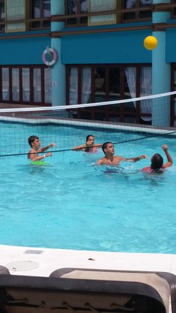 Grand Paradise Playa Dorada: Volibol en la Piscina del Hotel