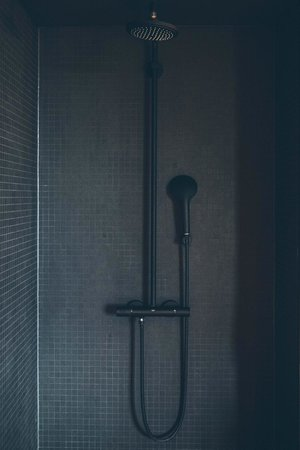 25hours Hotel Bikini Berlin: Matt black Grohe shower