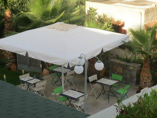 Angela Suites Boutique Hotel: Aussenbereich (anschließend an den Poolbereich)