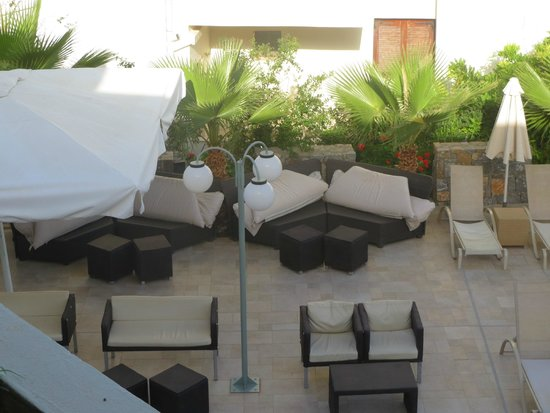 Aussenbereich chill sofas bild fr n angela suites for Boutique hotel freiburg