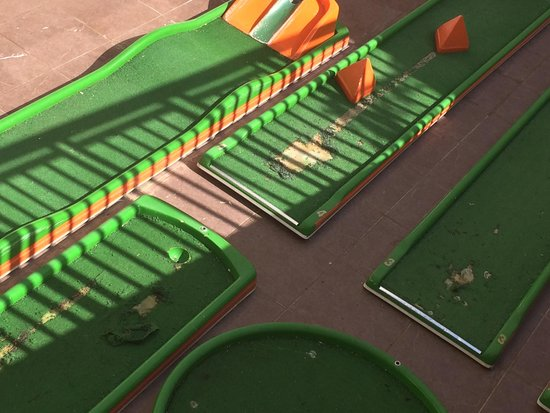 Julian Club Hotel: Crazy golf needed refurb 10 yrs ago