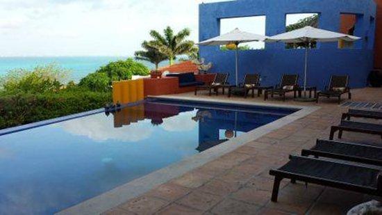 Casa de los Suenos: Pool view from breakfast tables