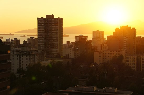 Century Plaza Hotel & Spa: Sunset over Vancouver Harbour  from the 22nd floor