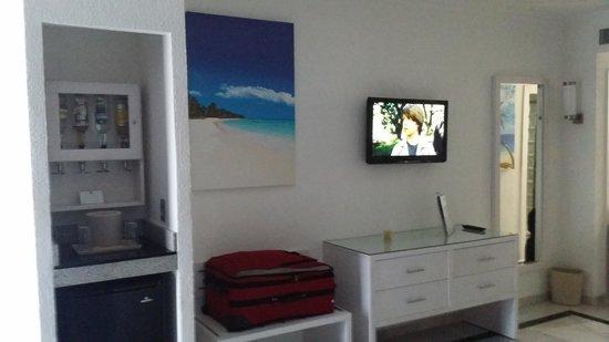 Hotel Riu Caribe : TV y Barra