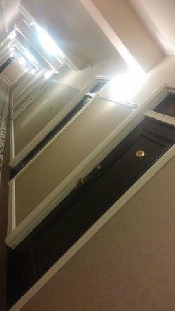 Delta Hotels by Marriott Bessborough: Hallway to rooms - Some Old Charm