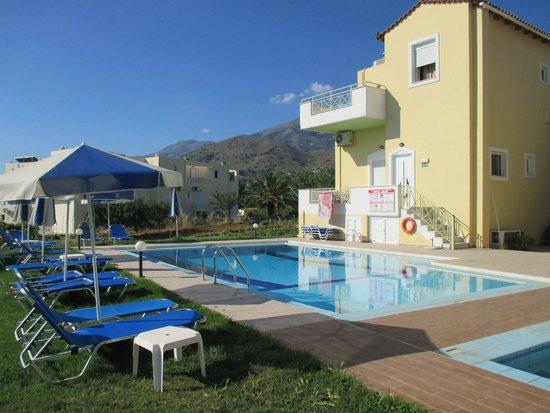Athena Hotel: Swimmingpool