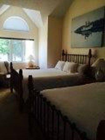 Taboo Muskoka Resort: Upstair's bedroom (Queen size Beds)
