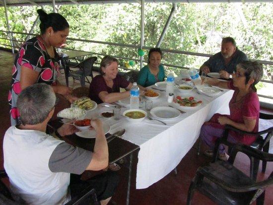 Marari Beach Villas: Repas convivial et délicieux (Madame Eressil et sa mère font la cuisine