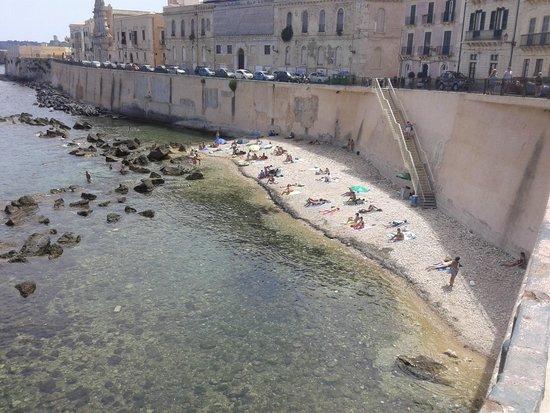 """Ortigia: spiaggetta nei pressi del """"solarium"""""""