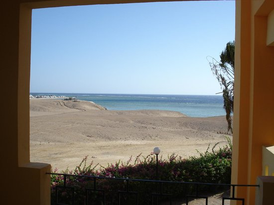 Blue Reef Red Sea Resort : Vista deserto con mare