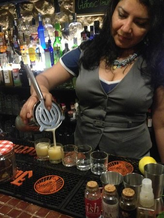 Domino Bar by Bierzo food: Jessica, inventing us a shot