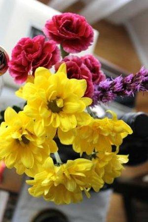 Charlotte's Rose Inn: Fresh flowers in the room.