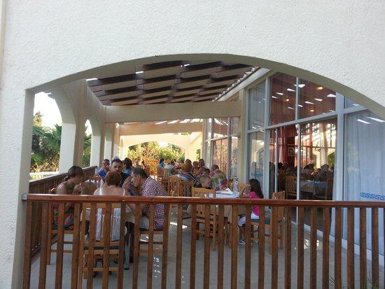 Evripides Village Hotel: outside patio restaurant