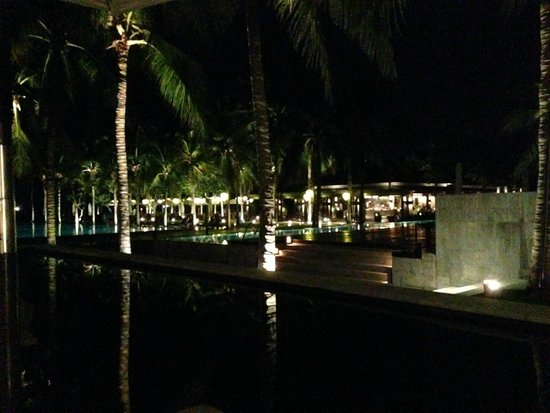 Four Seasons Resort The Nam Hai, Hoi An: Restaurant by night