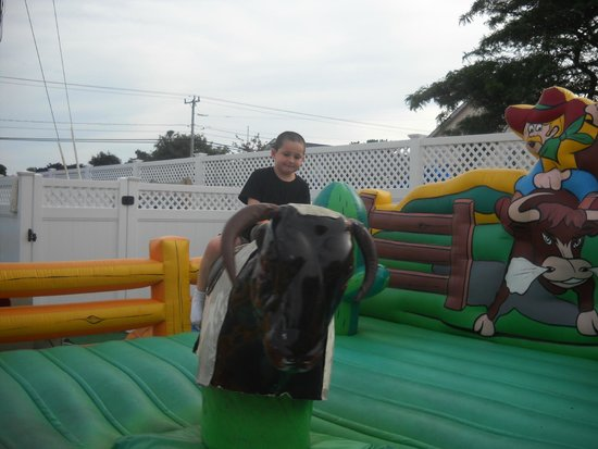 Cape Cod Family Resort: Mike riding the Bull!