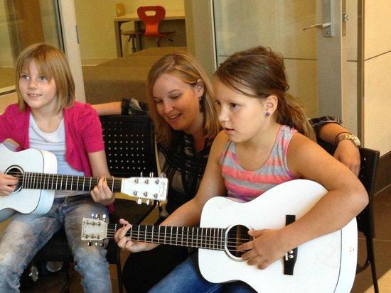 Musical Instrument Museum: Guitar lesson at MIM