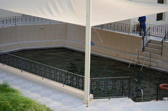 Golden Tulip Khatt Springs Resort & Spa: The hot water pool