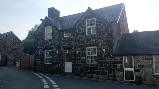 Dolronwy Bed & Breakfast: Dolronwy with bunting :)