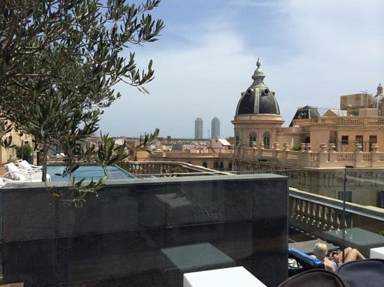 Hotel Ohla Barcelona: Hotel rooftop pool and bar