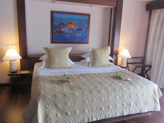 Manava Beach Resort & Spa - Moorea: king bed with flowers for arrival