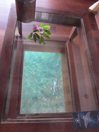 Manava Beach Resort & Spa - Moorea : coffee table over water