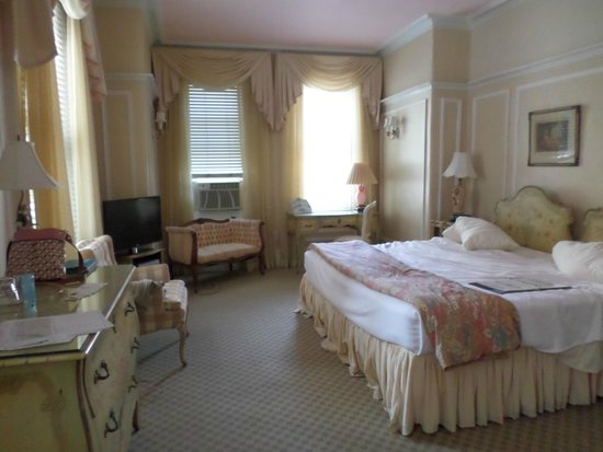 La Reserve Center City Bed and Breakfast: Grande Dame