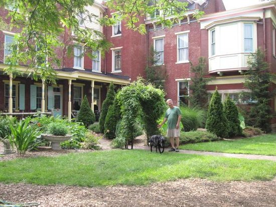 The Parador Inn of Pittsburgh: A picture of the outside patio in the yard, taken from a swinging patio seat!