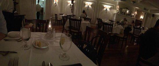 Dante & Luigi's: Empty restaurant on a Friday evening