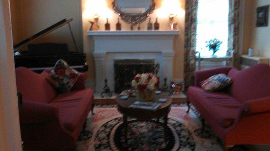 Bourbon Manor Bed & Breakfast: Parlor