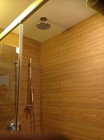 Empire Hotel : RAIN SHOWER!!!
