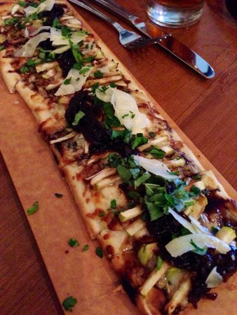 Philly Grille : Brie, onion and apple flatbread