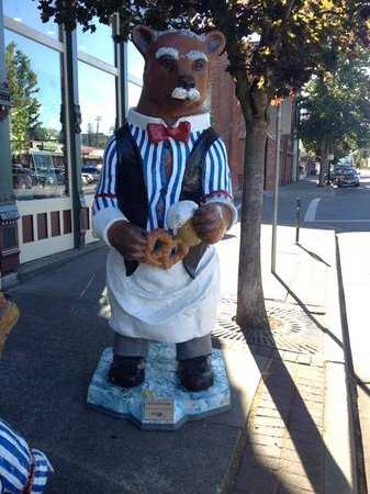 Buona Sera Inn: One of the many bear statues in town.