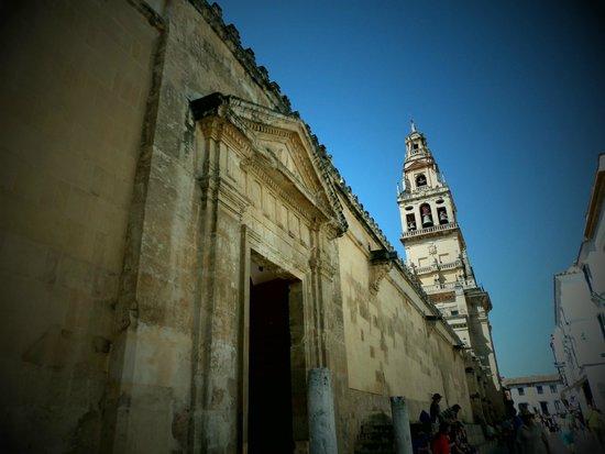 Mezquita-Catedral de Córdoba: Exterior de la Mezquita. Al fondo la Torre Alminar.