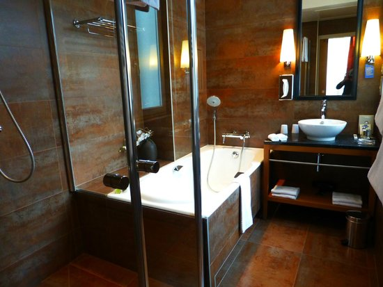 Hôtel Le Six : Spacious modern bathroom with both shower and soaking tub