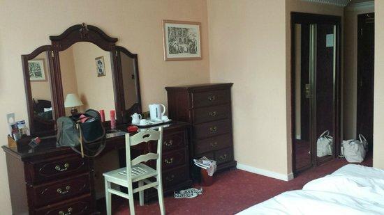 Britannia International Hotel: mismatched and damaged furniture