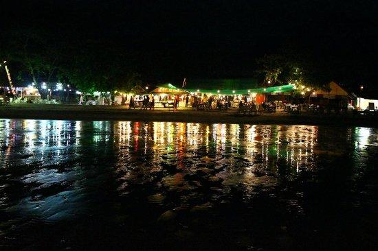White Sand Beach: пляж ночью