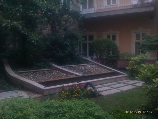Mamaison Residence Izabella Budapest: A view from the room window.