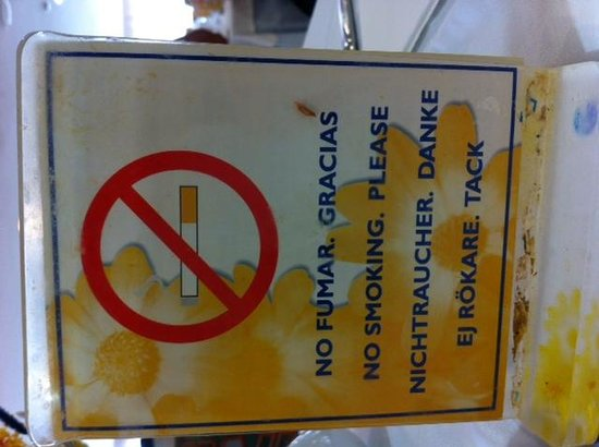 Marinda Garden Aparthotel : cartello divieto sul tavolo