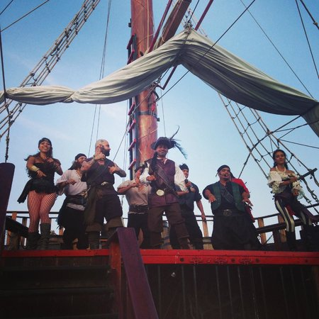Barco Pirata Jolly Roger Cancún: A song and dance number