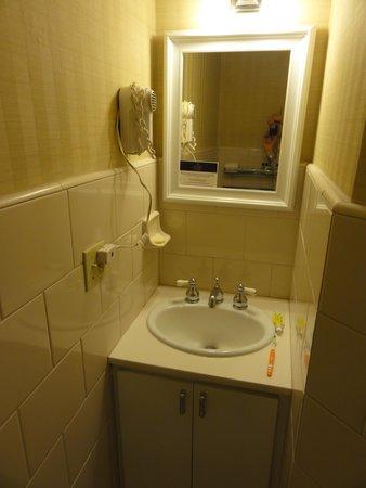 Executive Hotel Vintage Court: Frente al lavatorio esta el inodoro