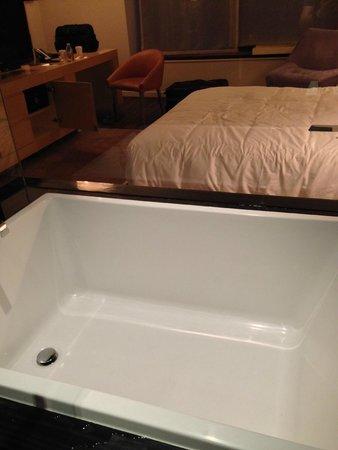 Andaz Wall Street: 浴槽も大きい。
