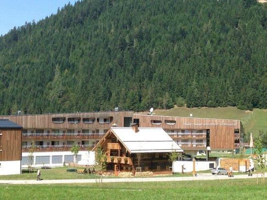 Travel Charme Bergresort Werfenweng: Das historische Bauernhaus im Vordegrund