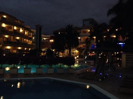 Hotel Riu Garoe : the pool at night