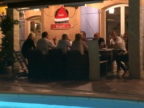 Villa-Bellebo : Gezellig avondeten bij het zwembad